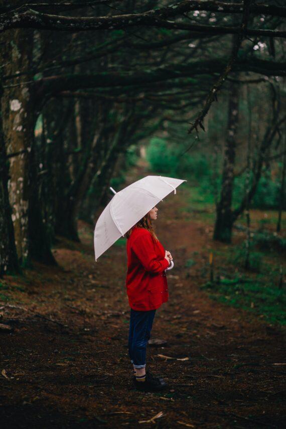 En paraply man bliver glad af hvid golfparaply